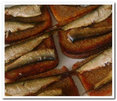 Будерброд со шпротами – это просто и вкусно
