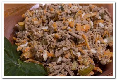 салат из говяжьей печени с луком, морковью и огурцами