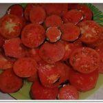 Вкусная закуска на праздник – баклажаны с чесноком и помидорами