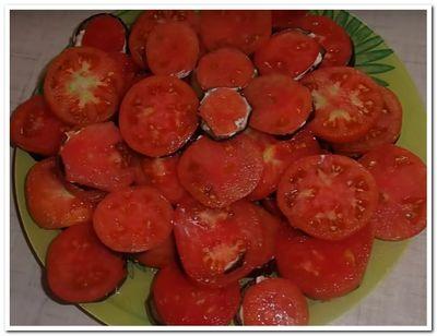 рецепт жареных баклажанов с чесноком и помидорами