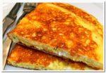 Вкусный хрустящий омлет с сыром на сковороде