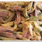 Готовим салат с яичными блинчиками, колбасой и зеленым горошком