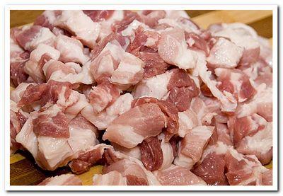 режем свинину на небольшие куски