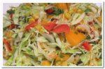 Овощной салат с капустой, сладким перцем, помидорами и кукурузой