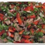 Простой салат из отварной говядины с болгарским перцем