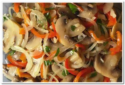 рецепт салата с шампиньонами и перцем