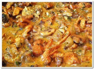 курица в сметане на сковороде рецепт с грибами