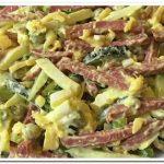 Как приготовить быстрый салат с копченой колбасой, сыром и майонезом