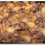 Очень вкусные куриные бедра, запеченные в духовке с картошкой